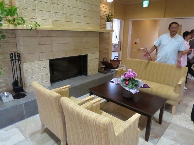 1階、2階に薪の暖炉が設置され、柔らかい暖を提供しています。