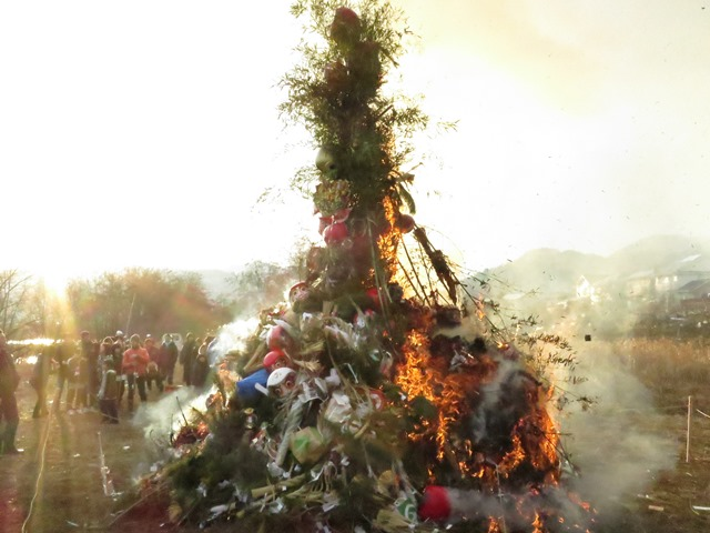 12日夕方から、地元小市の犀沢でのどんど焼き、勢いよく燃え上がりました。