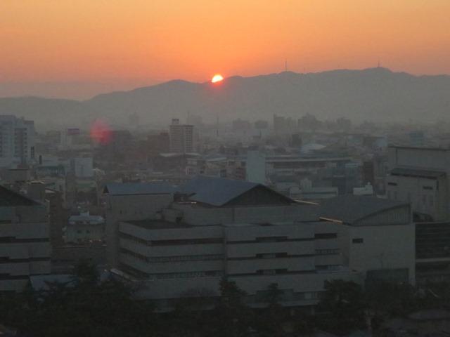高松駅前の宿泊ホテルから。朝日です。