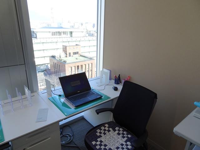 新庁舎では、新しい机になりました。私の事務スペースです。