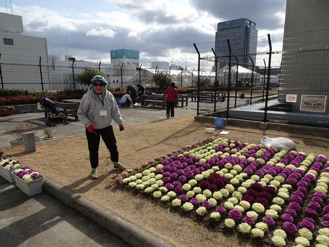 屋上庭園では、市民ボランティアの皆さんが植栽の手入れ中でした