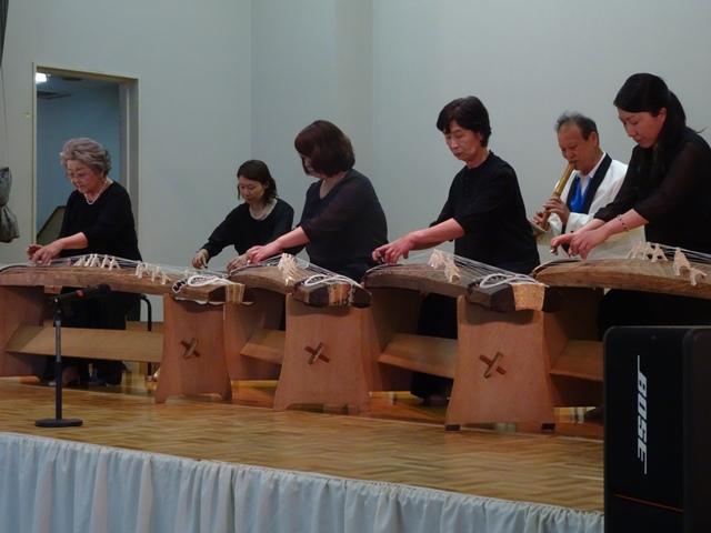 箏曲同好会の皆さん、初出演です。琴と尺八の音色は「和」です