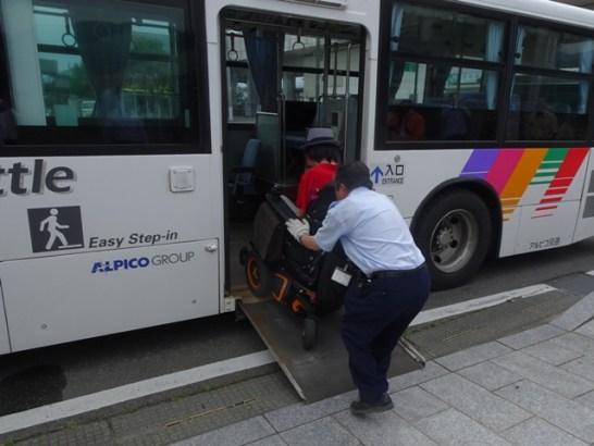堀内さんの電動車いすは自走でスロープを上ります。使用した路線バスはノンステップですが、ワンステップバスでも自走可能とのことです