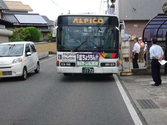 川中島駅入口バス停に停車。相互通行は見通しが悪くかなり困難です。