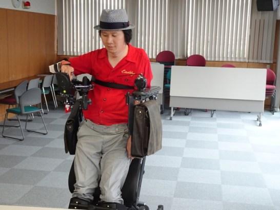 堀内さんの電動車いすはスタンディングができます。リハビリ上、欠かせない機能とのことです。