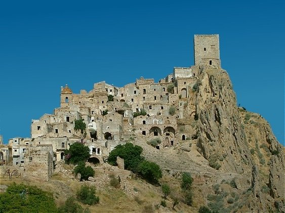 The majority of the population of Craco in Basilicata migrated en masse to America between 1892 and 1922. Some of the reasons that contributed to this included poor farming, war, landslides, and earthquakes. Approximately 1,800 inhabitants remained in the town until 1963 when a major landslide resulted in the town being evacuated. The residents moved to Craco Peschiera, a nearby valley.
