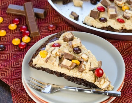 candy-bar-brownie-pizza-recipe