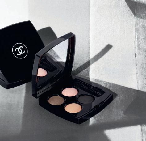 La palette Premier Regard è testimone dell'universo cromatico di Chanel: nero intenso, beige, rosa tenue e grigio tortora leggermente scintillante.