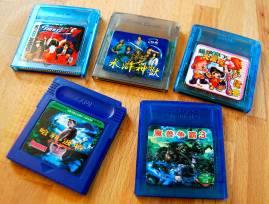 Quelques cartouches GBC chinoises bootlegs : King Of Fighters 97, Shuihu Shenshou, Chaoji Baiwan Da Fuweng, Harry Potter 6 et Warcraft 3
