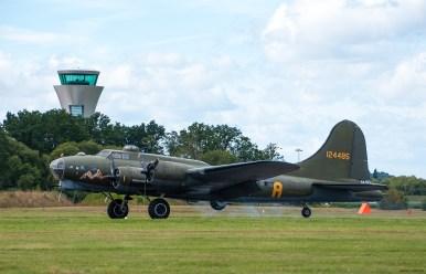 "Atterrissage B-17 Flying Fortress ""Sally B"" (dernier B17 en état de vol en Europe)"