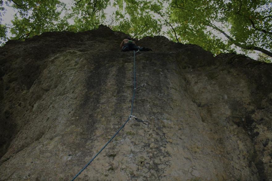 Giving Tuesday Wand mit Kletterhaken