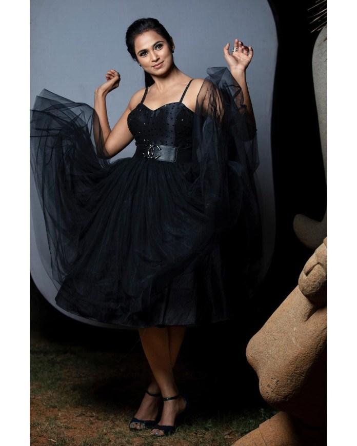 Ramya Pandian's newest photoshoot wearing black is alluri