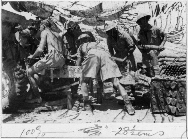nz_soldiers_loading_a_25_pounder_near_alum_nyal_ruweisat_ridge._photograph_taken_by_j_christensen_ca_aug_1942._da11101