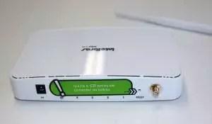 Imagem mostra a parte traseira do roteador Intelbrás de acesso pelo IP 10.0 01