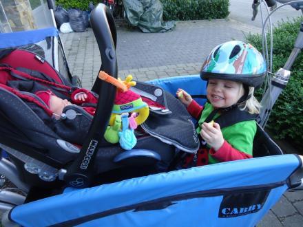 zusjes in de fiets
