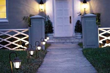 Освещение дорожки и входа в дом