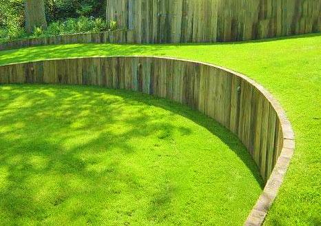 Небольшая подпорная стенка из деревянного бруса