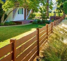Декоративный низкий горизонтальный забор из досок