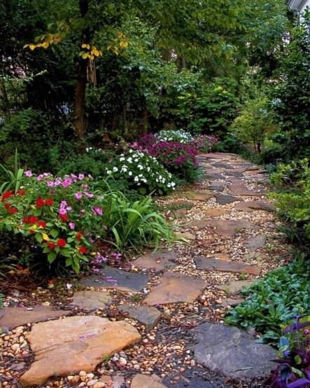 Натуральная каменная дорожка с гравийной засыпкой в саду