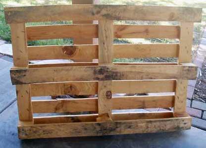 Деревянная скамейка из поддона