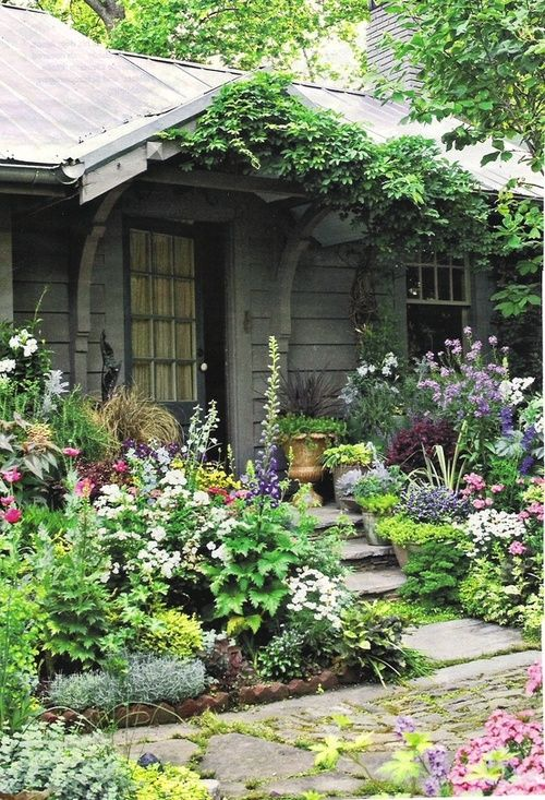 Вход в дом - палисадник на даче