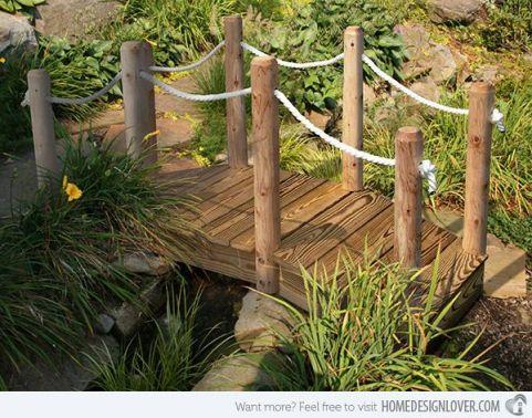 Деревянный мостик с веревочными перилами