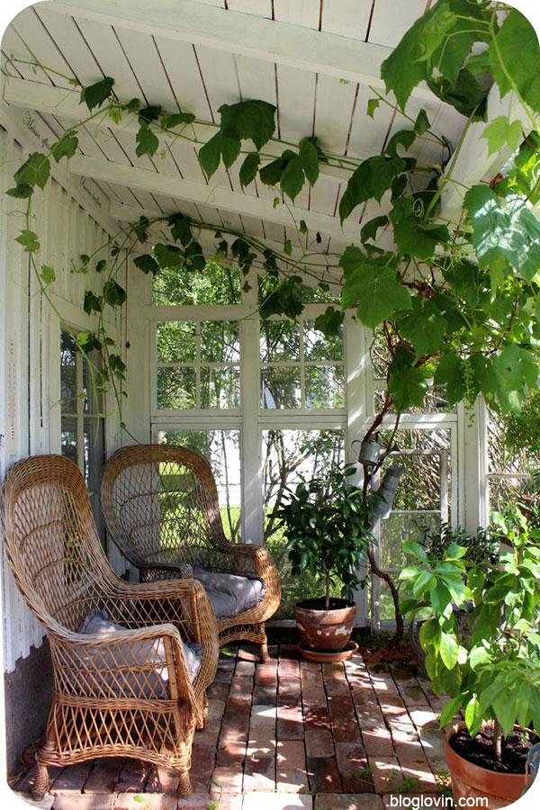 Идея пристройки деревянной веранды к дому