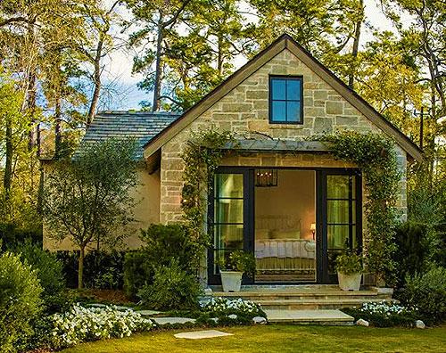 Дачный дом из камня с большой входной дверью