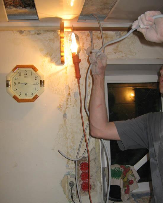 Протягиваем провода, закрепляем в стене и на потолке и отрезаем на нужную длину
