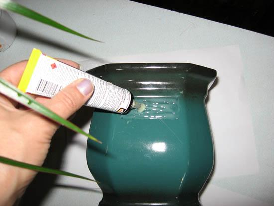 Обработка клеем граней горшка