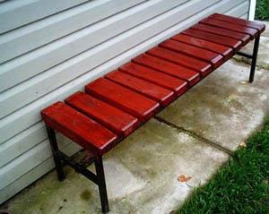 Деревянная скамейка на металлических ножках
