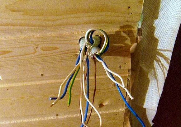Электрические провода в гофротрубах
