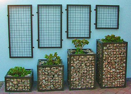Разноразмерные тумбы габионов для растений