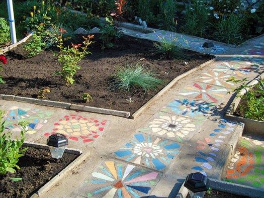 Идеи бетонных дорожек с мозаикой из битой плитки