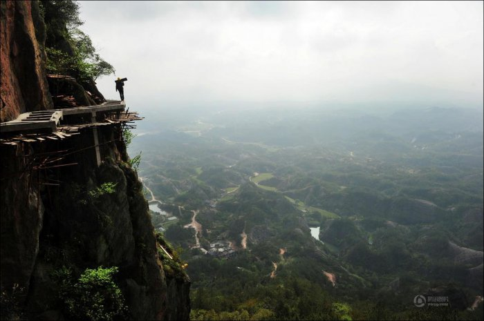 How-to-build-a-path-for-tourists-in-the-mountains-of-China-2