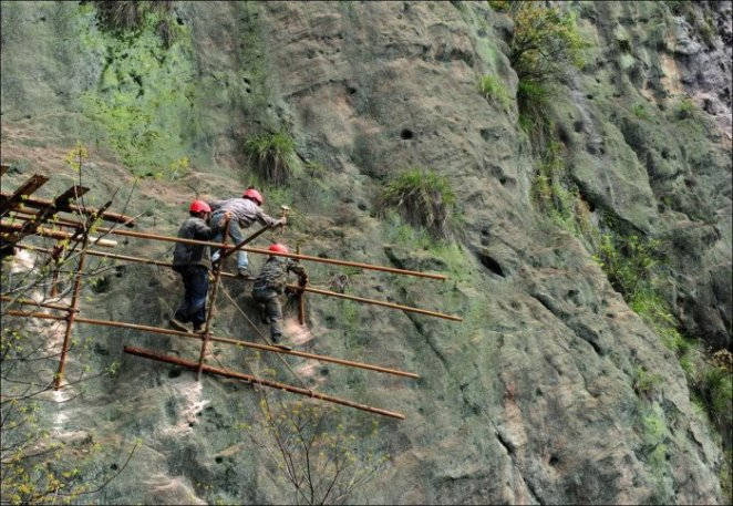 How-to-build-a-path-for-tourists-in-the-mountains-of-China-5