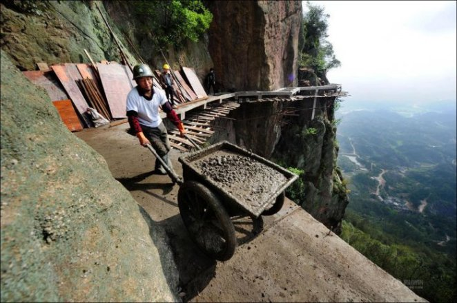 How-to-build-a-path-for-tourists-in-the-mountains-of-China-8