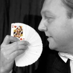 Deze magische goochelaar is vingervlug en zal een ieder versteld doen staan.