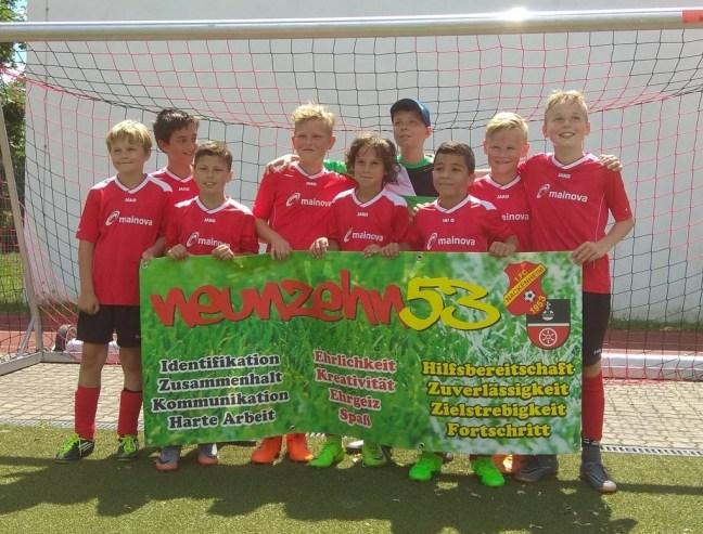 Die E1-Junioren feiern die Meisterschaft.