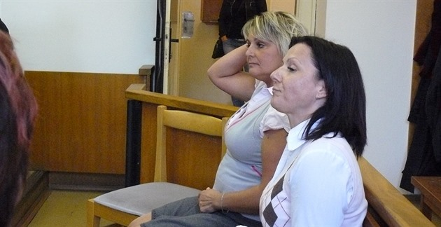 Lada Matysová a Miloslava Jirásková (vpravo), obžalované ze zpronevěry v...