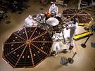 Sonda InSight v konfiguraci, jak bude pracovat na povrchu Marsu. Všimněte si...