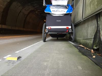 歩道が細いトンネル02