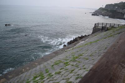 野宿の邪魔をする波
