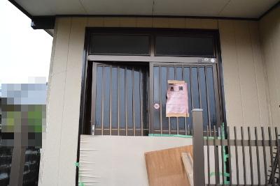 応急危険度判定の赤い紙(危険)が貼られた家