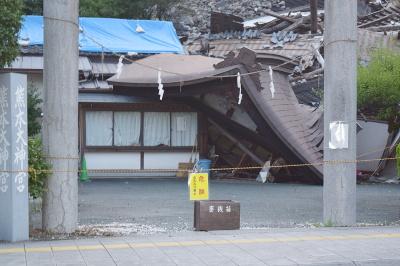 屋根が地面に落ちた熊本大神宮