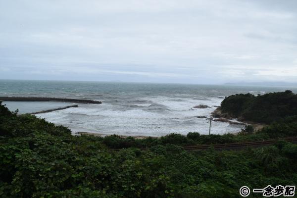 悪天候で海も荒れている