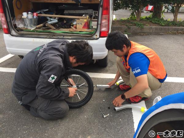 トレーラーを修理する松本建設の社員さん