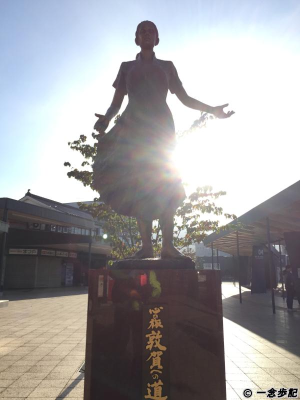 敦賀駅近くの女性の銅像