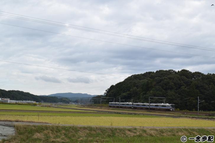 畑の中を走る電車