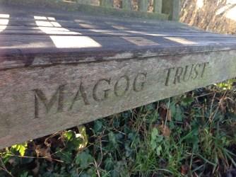 Les bancs aux noms des merveilleux donateurs du Magog trust
